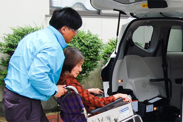 愛媛で介護タクシーをお探しでしたら【ときわタクシー】へ~乗降用スロープ付き、車いす積み込みができる福祉車両をご用意~